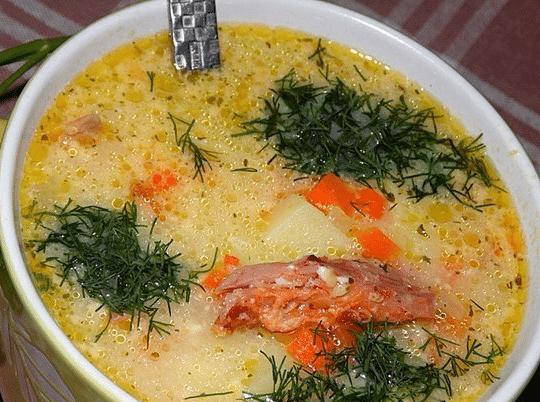 Ароматний суп з копченою куркою і плавленим сиром