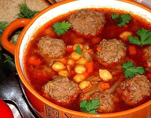 Томатний суп з м'ясними фрикадельками і нутом