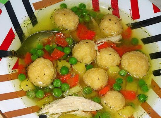 Курячий суп з сирними галушками і зеленим горошком