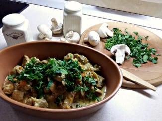 Свинина з грибами в сметанному соусі. Покроковий рецепт