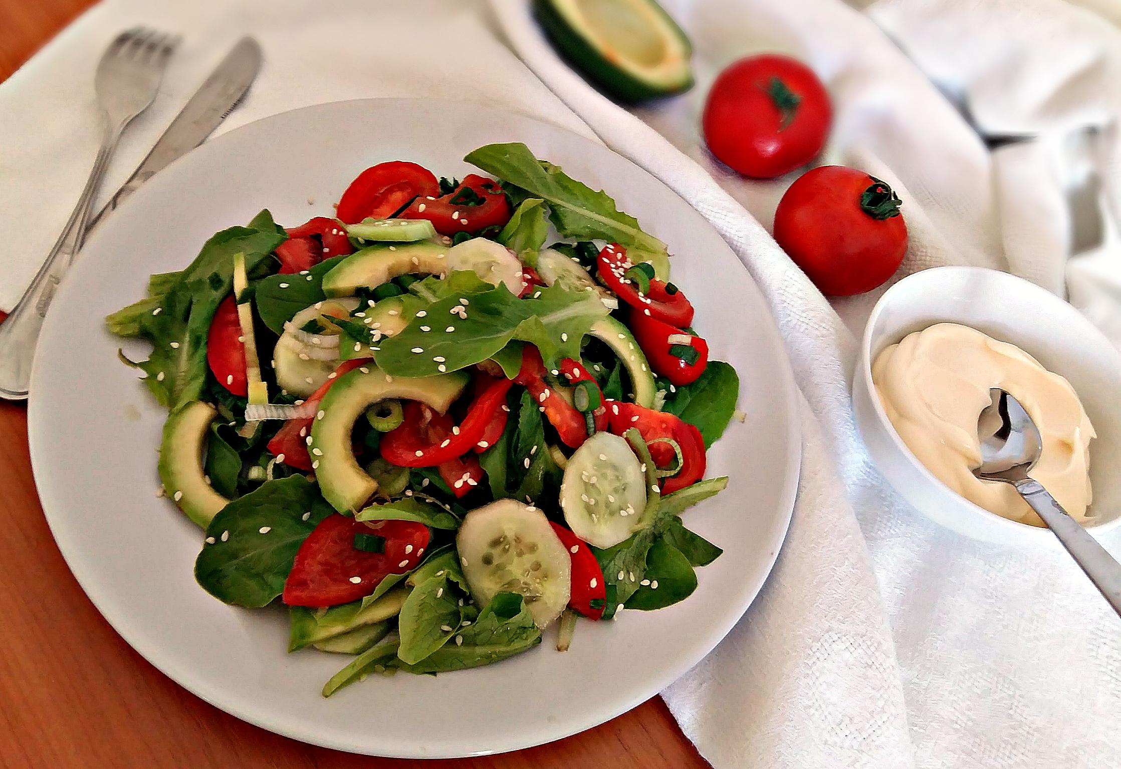 Овочевий салат з авокадо та його корисні властивості