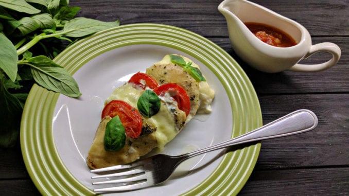 Куряче філе з моцарелою та помідорами: рецепт приготування у духовці