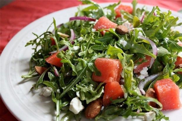 Літній салат з руколи, кавуна і сиру фета