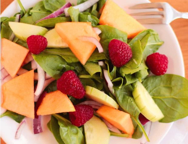 Салат з динею, огірком і малиною