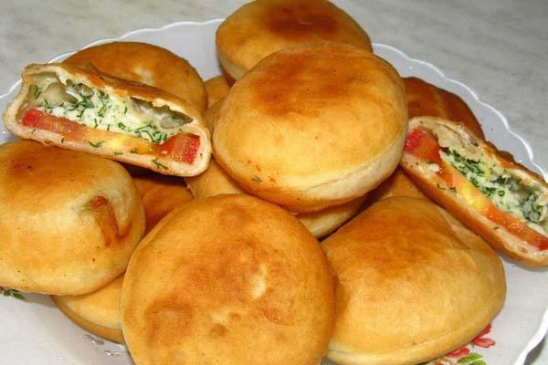 Бомбезні пиріжки з хрустящою скоринкою з сиром, помідорами та зеленню! 🙂 Дуже смачні, як і в гарячому, так і в холодному вигляді. Чудова закуска для сніданку та в дорогу.