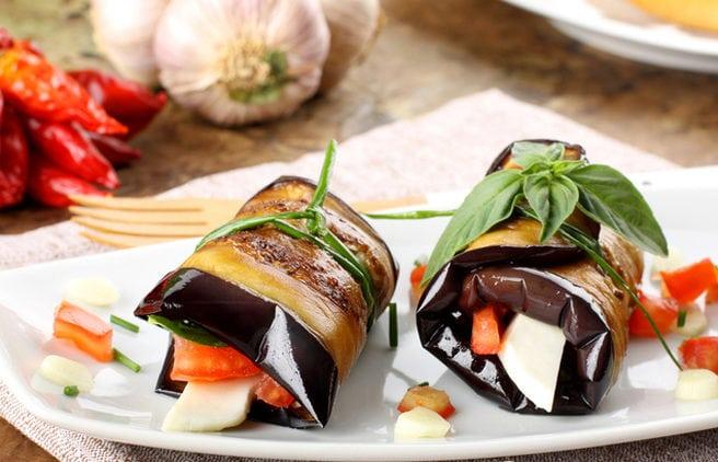 3. Рулетики з баклажанів із помідорами та сиром