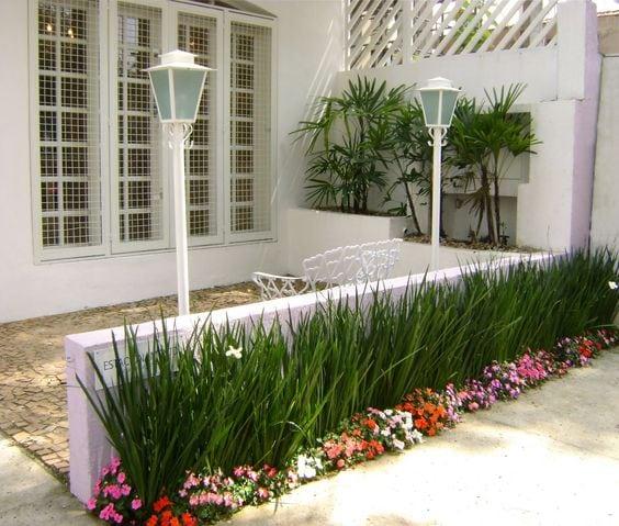 Квітники під парканом та навколо дому 25 оригінальних ідей (10)