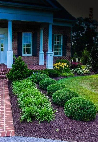 Квітники під парканом та навколо дому 25 оригінальних ідей (11)