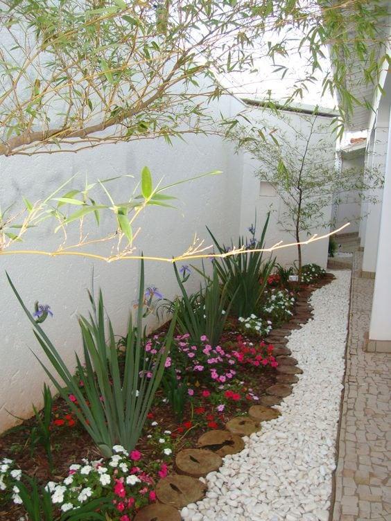 Квітники під парканом та навколо дому 25 оригінальних ідей (14)
