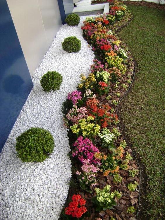 Квітники під парканом та навколо дому 25 оригінальних ідей (18)