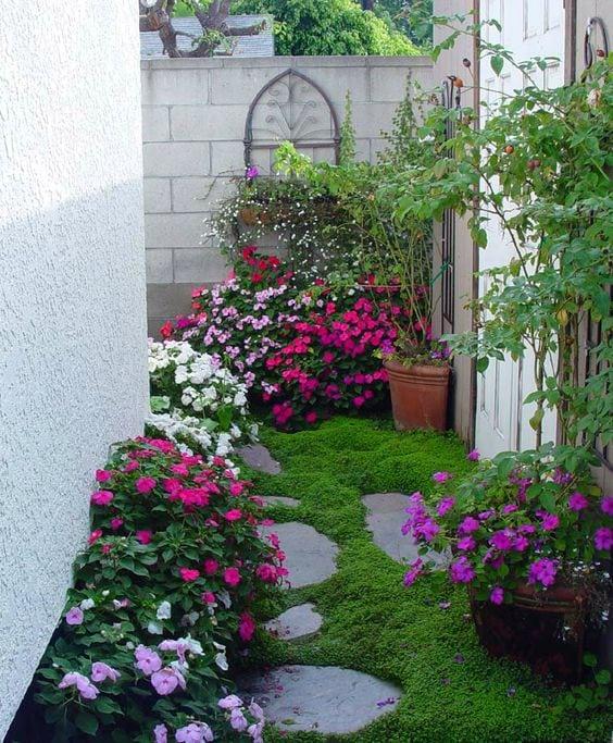 Квітники під парканом та навколо дому 25 оригінальних ідей (25)