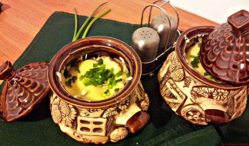 Картофель с мясом и грибами, запеченная в горшочках