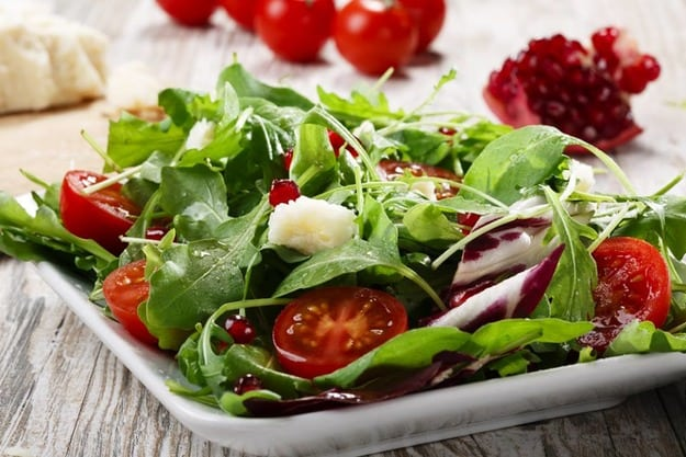 Теплий салат з курячою печінкою