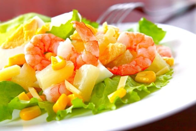 Новорічний салат з креветками і ананасами