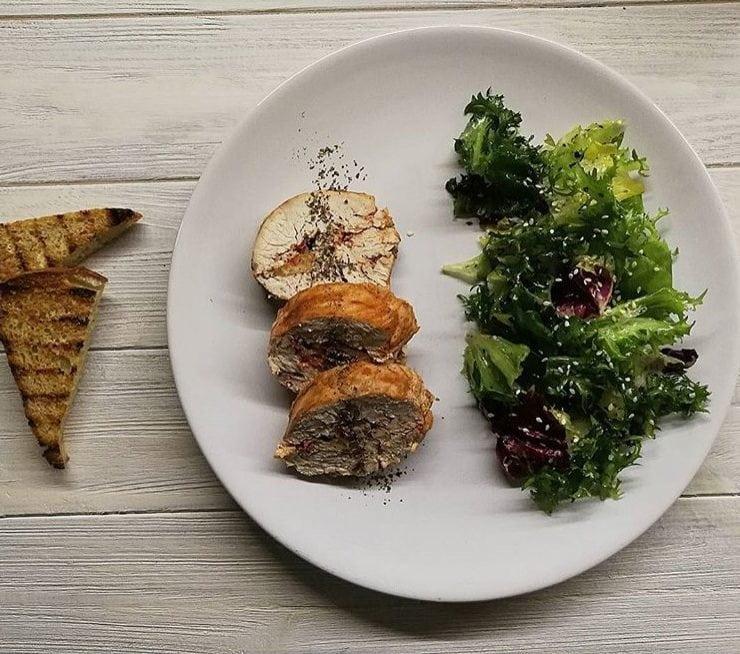 Рулет з філе індички, фарширований помідорами та сиром: рецепт