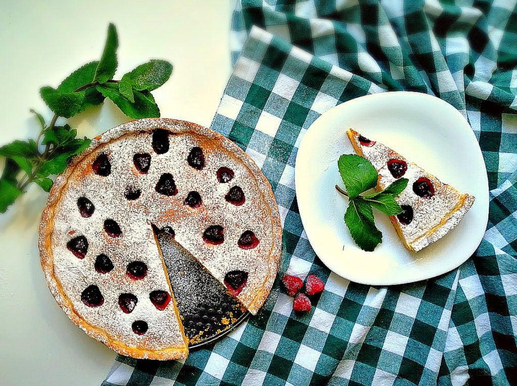 Пиріг з сезонними ягодами і сметанною заливкою: рецепт приготування