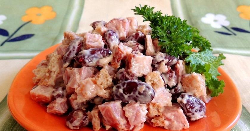 Салат з квасолею, куркою, помідорами, сиром і сухариками