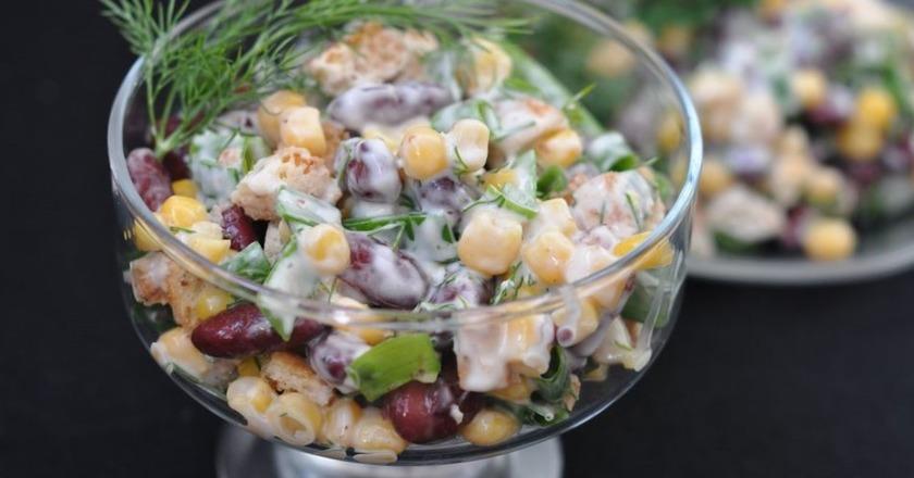 Салат з квасолею, куркою, кукурудзою і пекінською капустою