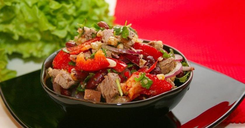 Салат з квасолею, яловичиною, перцем і волоськими горіхами
