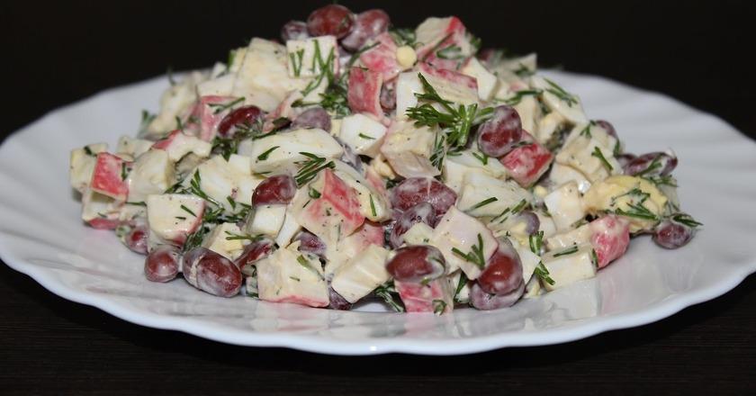 Салат з крабовими паличками, яйцями і квасолею